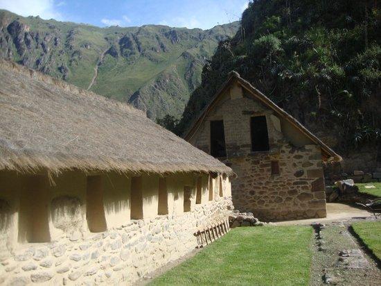 Patacancha  Valley: Encuentro con algunas viviendas en ascenso de Ollantaytambo.