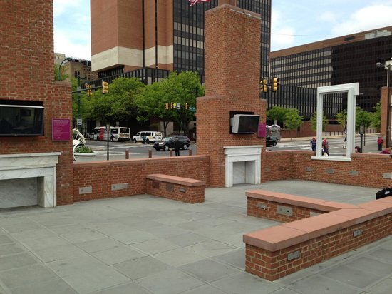 Independence Mall : Outdoor video exhibits