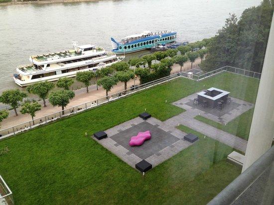 Ameron Hotel Köenigshof Bonn : terraza con mesitas y sillones para relajarse y tomar algo disfrutando de la vista