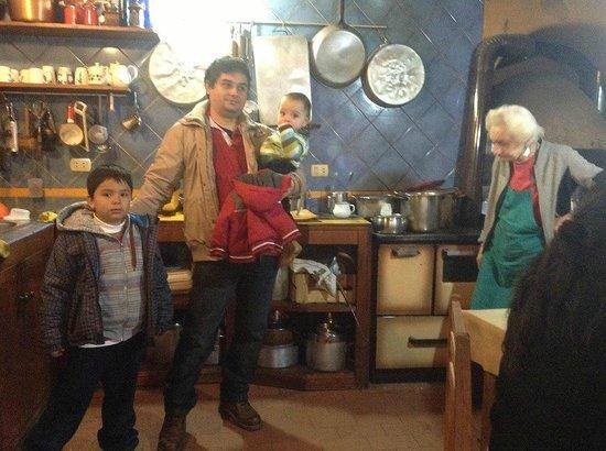 Hospedaje Turismo Caith : En la acogedora cocina con Vittoria.