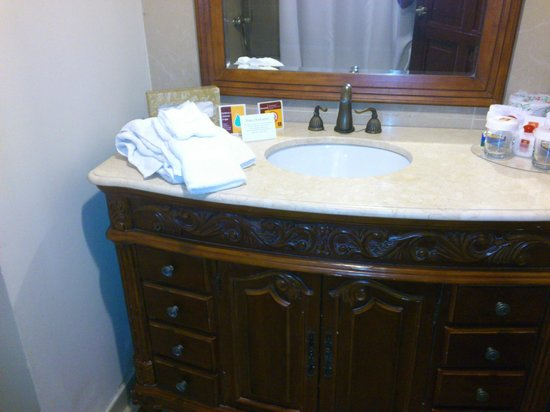 Clarion Hotel & Suites Curacao: Bathroom view 1