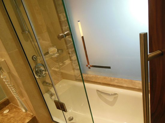 Movenpick Hotel Ramallah: A really bad picture of the bathtub
