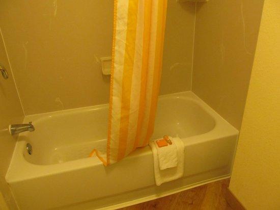 La Quinta Inn & Suites Warwick Providence Airport : Clean bathroom-Room 523