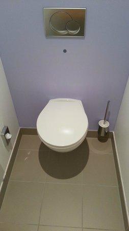 Novotel Wien City: Small bathroom