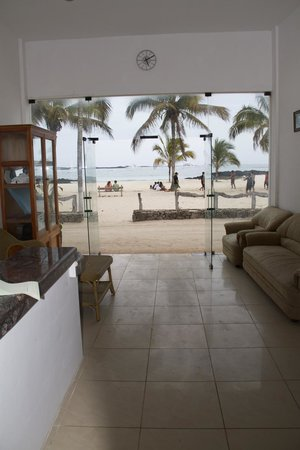 Hotel Albemarle : Reception with view to the beach