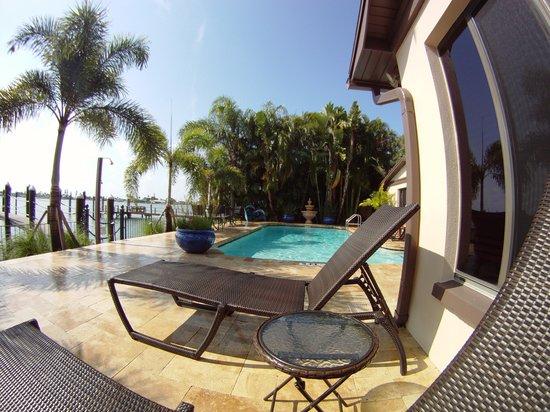 Pasa Tiempo Private Waterfront Resort: Pool deck