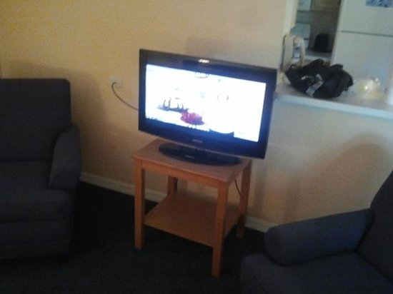 Mainsail Tampa Extended Stay: flat screen TV in living area