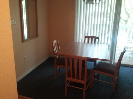 Mainsail Tampa Extended Stay: dining area