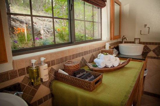 Sheridan House Inn: experience a touch of luxury in our Fernwood bathroom