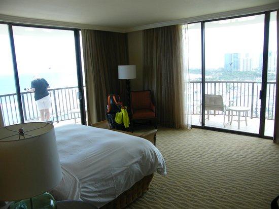 Hilton Hawaiian Village Rooms Suites Photo Gallery: Bathroom In Diamond Head Tower Jr. Suite