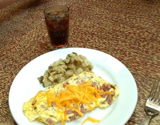 Embassy Suites Huntsville by Hilton Hotel & Spa: Ham and cheese omelette, potatoes and a Coke.