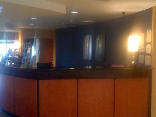 Fairfield Inn & Suites Charlotte Matthews: No one at the Front Desk...sigh