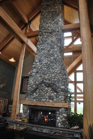 Foraker Restaurant: Lobby fireplace