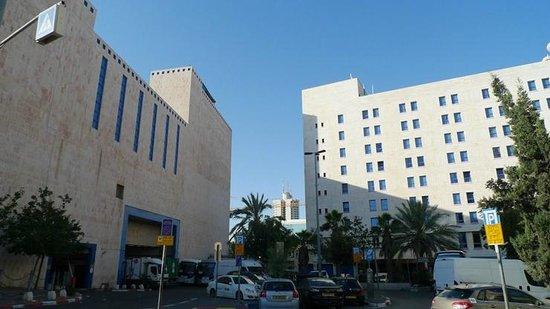 Jerusalem Gold Hotel: 버스터미널(좌), 호텔(우)