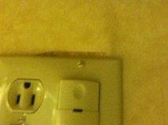 Super 8 Mason : outlet falling off
