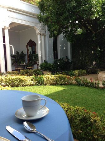 Casa Azul Hotel Monumento Historico: Breakfast in the courtyard