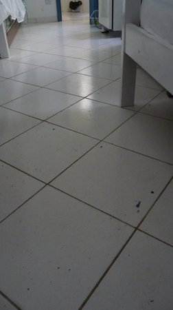 Kariok Hostel: ceramic floor with stains