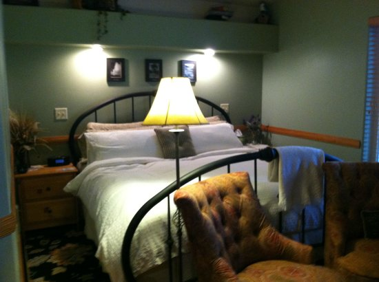Conifer House Inn : bed