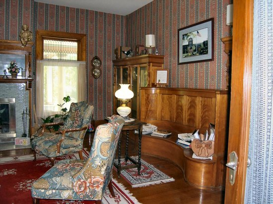 Saravilla Bed and Breakfast: Parlor - Library