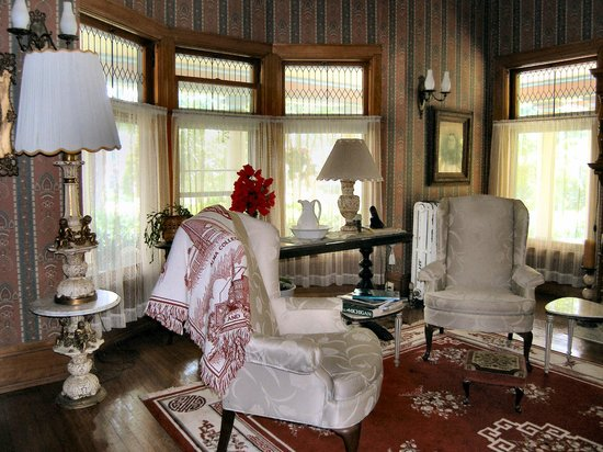 Saravilla Bed and Breakfast: Library