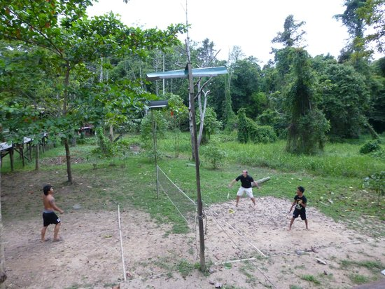 Bilit Adventure Lodge: Fun badminton with the staff