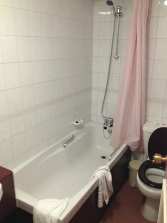 Chateau Impney Hotel & Exhibition Centre: Bathroom in first room offered