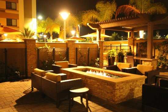 Courtyard San Diego Oceanside: secluded side patio fire pit