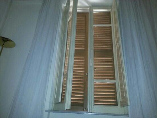 Hotel San Marco: foto infissi p.s. datati e per niente a norma vetri forsi di qualche millimetro