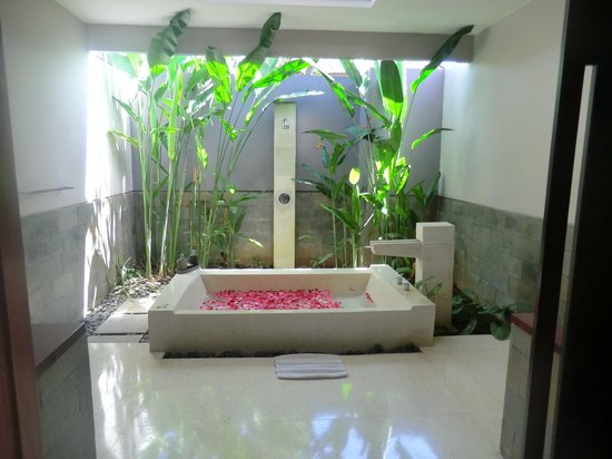 Aria Exclusive Villas and Spa: Bathroom