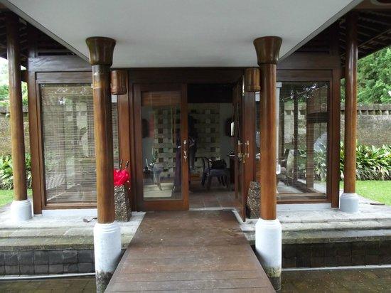 Puri Candikuning Retreat: receptionist