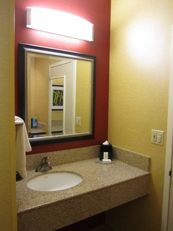 Courtyard by Marriott Laguna Hills Irvine Spectrum/Orange County: Sink area separate from bathroom