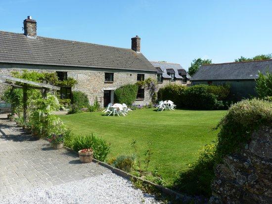 Huxtable Farm Bed & Breakfast: Farmhouse and garden