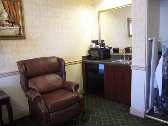 Ayres Hotel Laguna Woods: Refigerator and in-room coffee maker