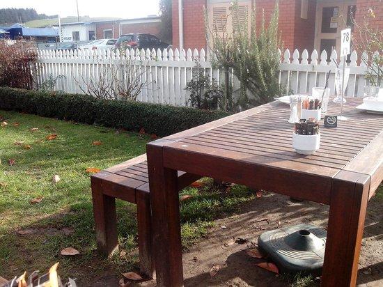 Verde Cafe Deli: Tables outside
