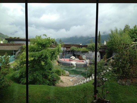 Hotel Jungbrunn - Das Alpine Lifestyle Hotel: Blick aus dem Fitnessraum auf einen Teil des Aussenbereiches