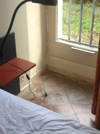 La Bastide du Roy Rene : pavimento/battiscopa in camera