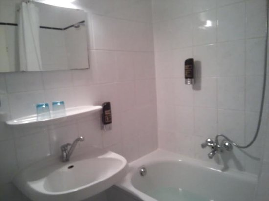 Munchener Hof Hotel: バスルーム