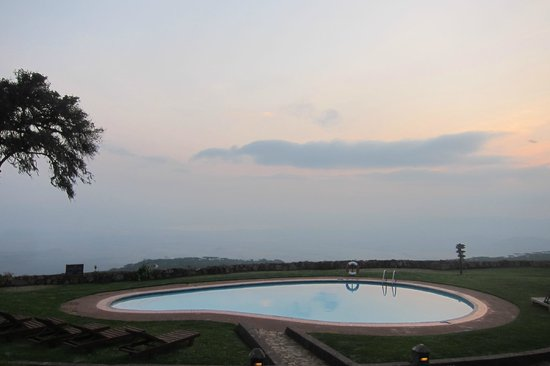 Ngorongoro Sopa Lodge : view from the pool onto the crater