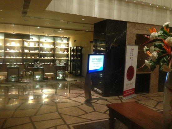Radisson Blu Hotel Chennai City Centre: Lobby