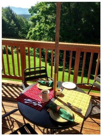 Timberholm Inn: Breakfast on the deck