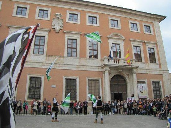 Palazzo Chigi: palazzo con sbandieratori