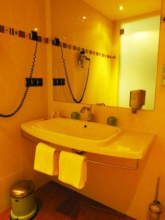 BEST WESTERN Masqhotel : The bathroom (again) is whiter than this