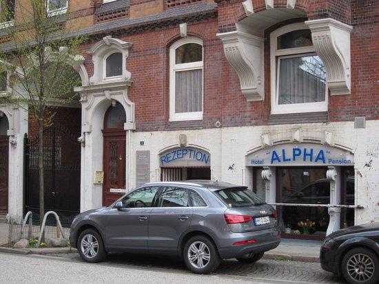 Pension Alpha Garni : 要取房間,去右面的門按門鈴吧!