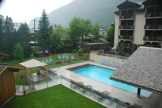 Le Refuge des Aiglons: View of pool area and terrace from room