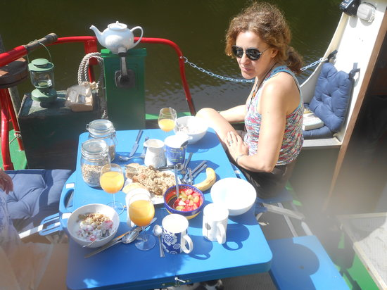 Larry's Barge - Day Tours: Relaxing breakfast by the river