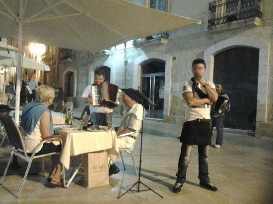 Al Medina : lots of street musicians