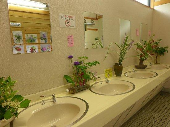 Tajima Michi-no-Eki : 花が飾られた洗面所
