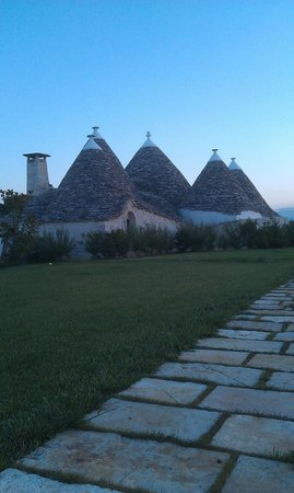 Trulli Paparale: Pool side