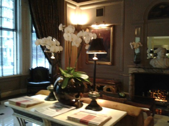 Radisson Blu Edwardian Vanderbilt: Reception area - definate Edwardian theme throughout hotel