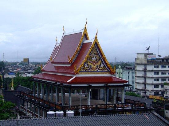 Thai Hotel Nakhon Si Thammarat: Вид из окна отеля Thaihotel на Ват Ванг Таван Ток